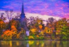 névoa overfiltered na paisagem do outono do parque de Herastrau Imagens de Stock Royalty Free