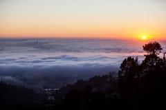 Névoa, por do sol, e San Francisco Bay Imagens de Stock Royalty Free