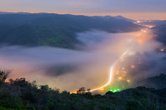 A névoa que cobre a noite comuta no Laguna Beach, Califórnia fotos de stock royalty free