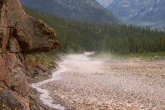 Névoa que rasteja sobre uma montanha e um Stony Creek foto de stock royalty free