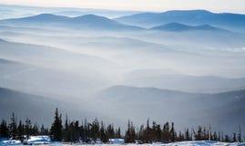 Névoa sobre as montanhas fotografia de stock royalty free