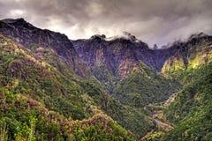 Névoa sobre as montanhas. Imagem de Stock