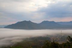 Névoa sobre as montanhas Fotos de Stock Royalty Free