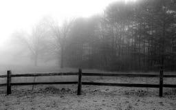 Névoa sobre a cerca e o prado imagens de stock royalty free