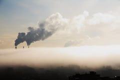 Névoa sobre a cidade industrial. Foto de Stock Royalty Free