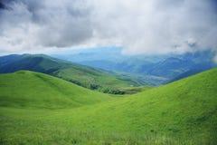 Névoa sobre a estrada da montanha Fotografia de Stock Royalty Free