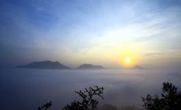 Névoa sobre a montanha de Phu Thok Foto de Stock