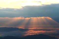 A névoa sobre a montanha durante o vale da montanha do nascer do sol, da névoa e da nuvem ajardina Imagens de Stock Royalty Free