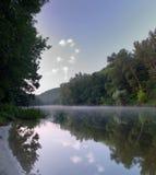Névoa sobre o rio Fotografia de Stock Royalty Free