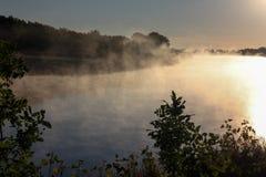 Névoa sobre o rio Foto de Stock Royalty Free
