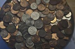 Níqueis velhos aleatórios das moedas de dez centavos das moedas de um centavo das moedas dos E.U. fotos de stock royalty free