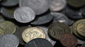 Níquel y monedas de cobre de los países diferentes del mundo almacen de metraje de vídeo