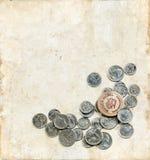 Níquel y monedas de madera en un fondo de Grunge Fotos de archivo