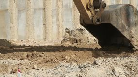 Nível da máquina escavadora o canteiro de obras filme