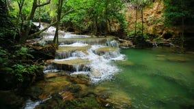 Nível 1 de cachoeira de Huay Mae Kamin no parque nacional de Khuean Srinagarindra filme