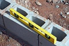 Nível de tijolos cinzentos na construção da construção fotos de stock