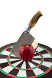 Nóż ciie czerwonego jabłka w centre cel. Zdjęcia Royalty Free