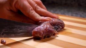 Nóż odcina kawałek lekko solony tuńczyk zbiory