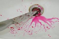Nóż z krwionośnym pluśnięciem na białej ceramicznej zlew łazience Zdjęcie Stock