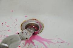 Nóż z krwionośnym pluśnięciem na białej ceramicznej zlew łazience Zdjęcia Stock