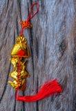 Nó afortunado para a decoração chinesa do tema das celebrações do ano novo tradicional no fundo de madeira imagens de stock royalty free