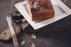 Nóż z brown chlebem Zdjęcia Royalty Free