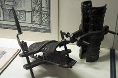 Nóg śruby lub hiszpańscy buty wystawiający przy kriminal muzeum zdjęcia royalty free