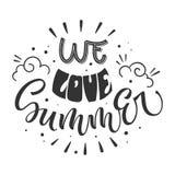 Nós amamos citações do verão Rotulação tirada mão, frase do projeto do estilo da hippie ilustração stock