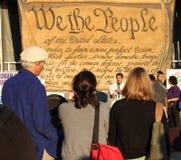 Nós a bandeira dos povos na plaza da liberdade Imagem de Stock