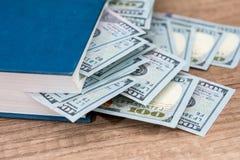 nós 100 dólares no livro Foto de Stock Royalty Free