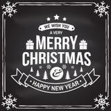 Nós desejamos-lhe muito o selo do Feliz Natal e do ano novo feliz, etiqueta ajustada com flocos de neve, árvore de Natal, present ilustração stock