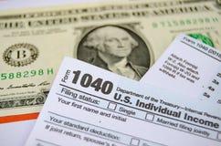 Nós dolar e formulário individual do reembolso de 1040 impostos foto de stock
