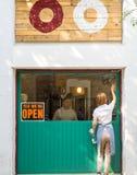 Nós estamos abertos em Barcelona fotografia de stock royalty free