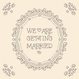 Nós estamos casando-nos o fundo do bege do monograma do cartão Foto de Stock Royalty Free