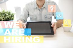 Nós estamos contratando o texto na tela virtual recruitment Hora Gestão de recursos humanos Conceito do negócio imagens de stock royalty free