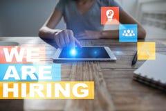 Nós estamos contratando o texto na tela virtual recruitment Hora Gestão de recursos humanos Conceito do negócio foto de stock