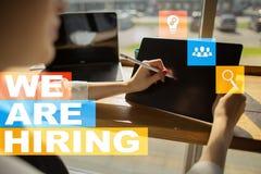 Nós estamos contratando o texto na tela virtual recruitment Hora Gestão de recursos humanos Conceito do negócio fotos de stock royalty free