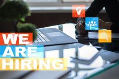Nós estamos contratando o texto na tela virtual recruitment Hora Gestão de recursos humanos Conceito do negócio imagem de stock