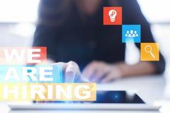 Nós estamos contratando o texto na tela virtual recruitment Hora Gestão de recursos humanos Conceito do negócio fotografia de stock