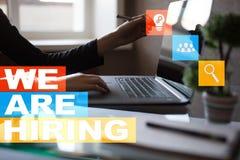 Nós estamos contratando o texto na tela virtual recruitment Hora Gestão de recursos humanos Conceito do negócio imagem de stock royalty free