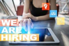 Nós estamos contratando o texto na tela virtual recruitment Hora Gestão de recursos humanos Conceito do negócio imagens de stock