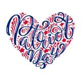 Nós nunca esqueceremos dia do patriota do texto da caligrafia 9 11 no coração, a cor americana listra o fundo Dia do patriota Imagem de Stock