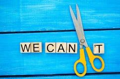 Nós podemos motivação do auto - cortando a letra t da palavra escrita nós podemos o ` t assim que diz que nós podemos, realização imagem de stock