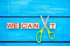 Nós podemos motivação do auto - cortando a letra t da palavra escrita nós podemos o ` t assim que diz que nós podemos, realização imagens de stock royalty free