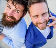 Nós resolveremos seus problemas Caras de sorriso de executivos ou de advogados Os homens da equipe dos sócios estão para trás par foto de stock royalty free