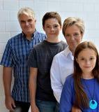 Nós somos família, mãe do pai e dois adolescentes fotografia de stock
