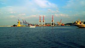 Nós vemos o porto dos guindastes passar o porto Foto de Stock Royalty Free