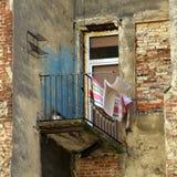 Nöd- balkong av det gamla huset i Lviv Arkivfoto