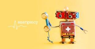 Nöd- begrepp för mitt för appell för medicinsk service för helpline Vänlig robotdoktor med den retro utformade telefonen hjälp fö Arkivfoto