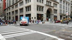 Nöd- bil för EMS på Manhattan lager videofilmer